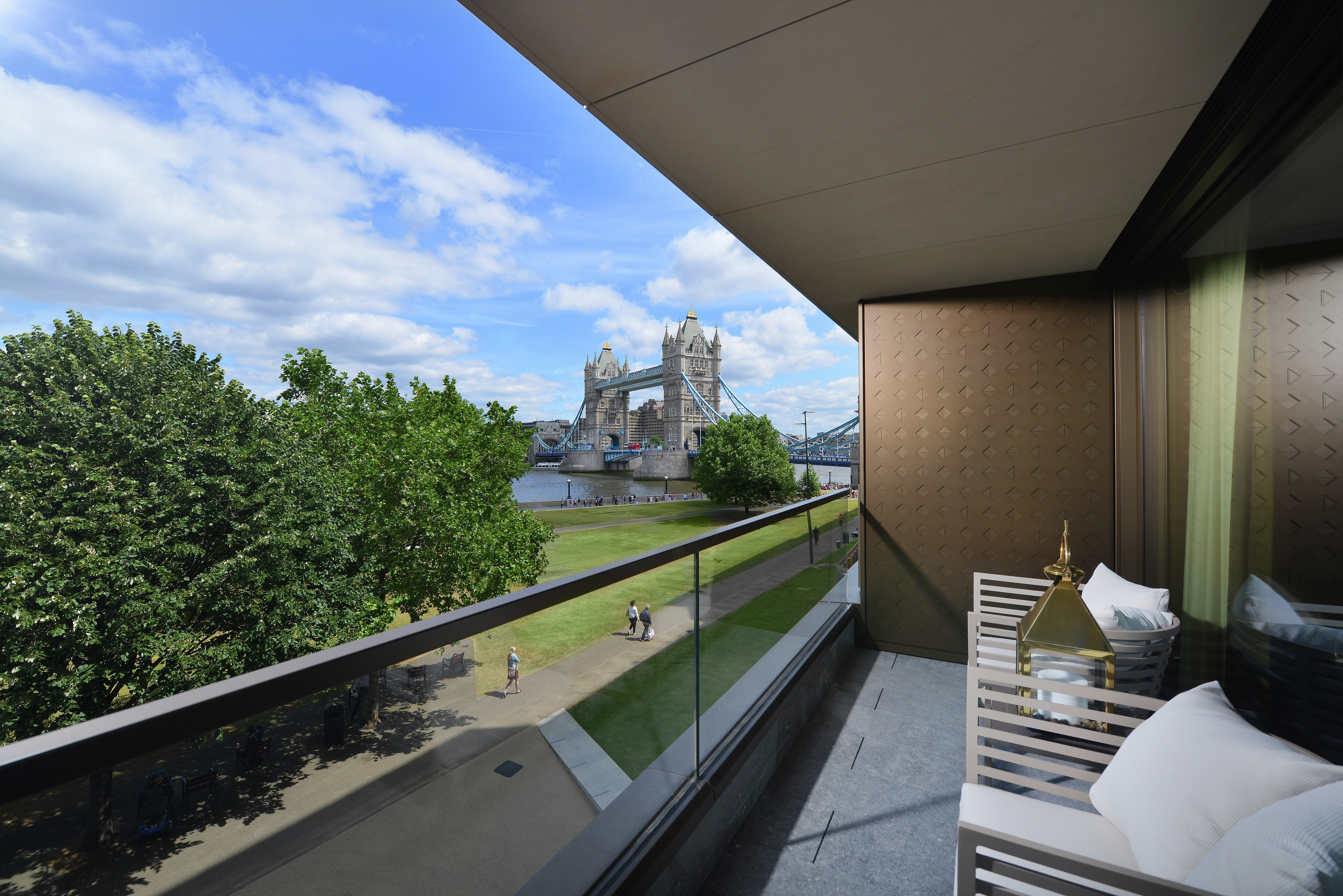 Berkeley homes one tower bridge show apartments launch for Terrace in apartment